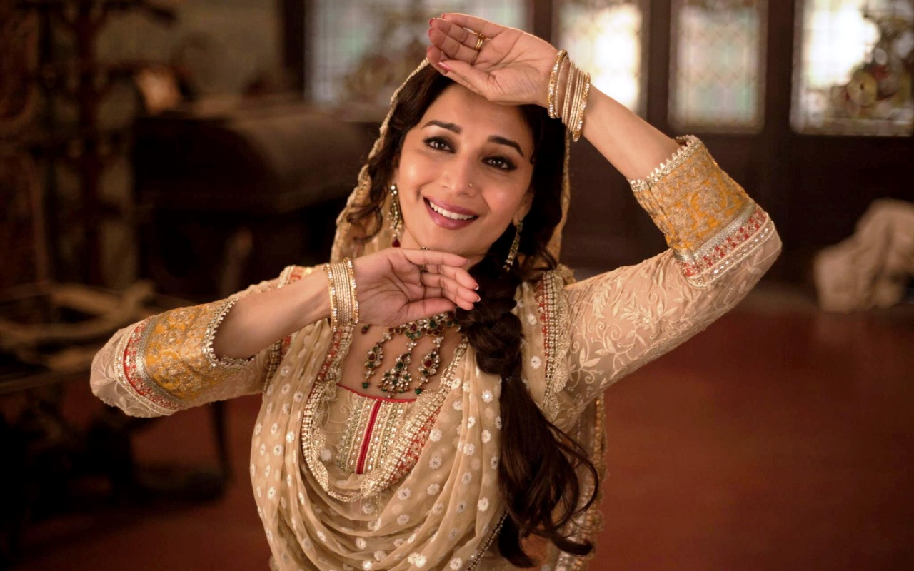 hot_madhuri_dixit_in_dedh_ishqiya-1280x800
